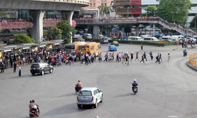 Les anti-coup d'État se précipitent vers le monument. Photo CO.