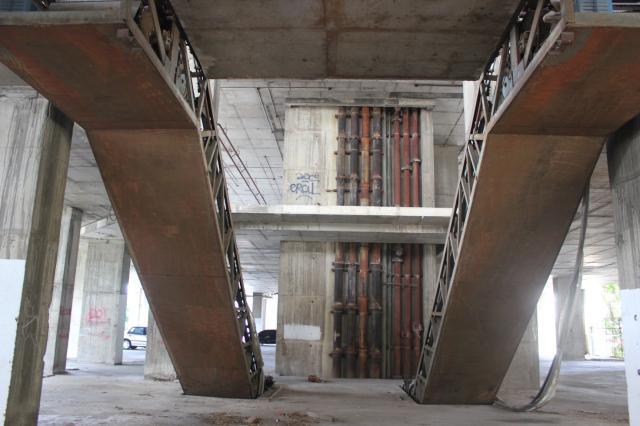 Les escalators monumentaux et délabrés du Sathorn Unique
