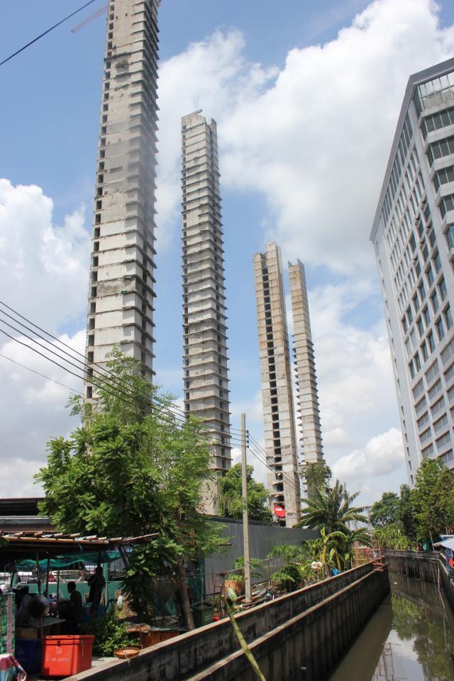 Ce qu'il reste du SV Garden, des tours d'ascenseurs en cours de démolition