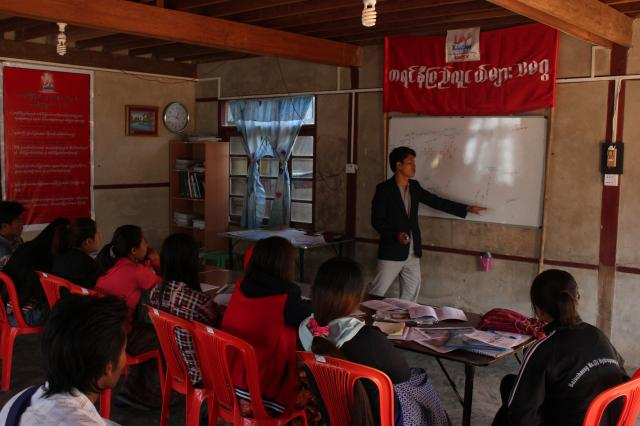 Khun Bedhu initie les jeunes aux rudiments du processus de paix.