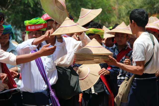 Distribution des chapeaux de paille aux messages revendicatifs. Photo C.O.
